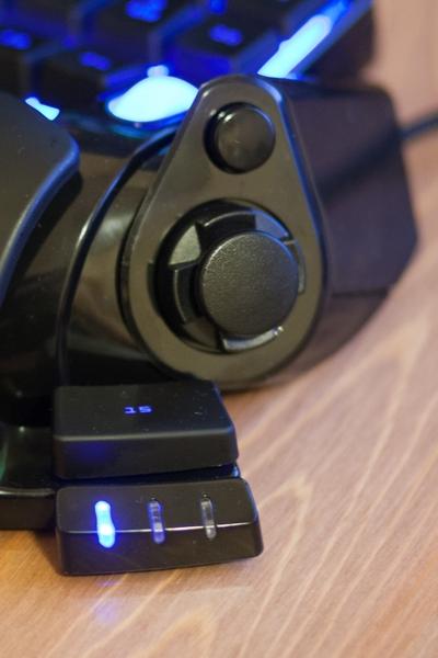 Widok na przycisk i drążek Razer Nostromo