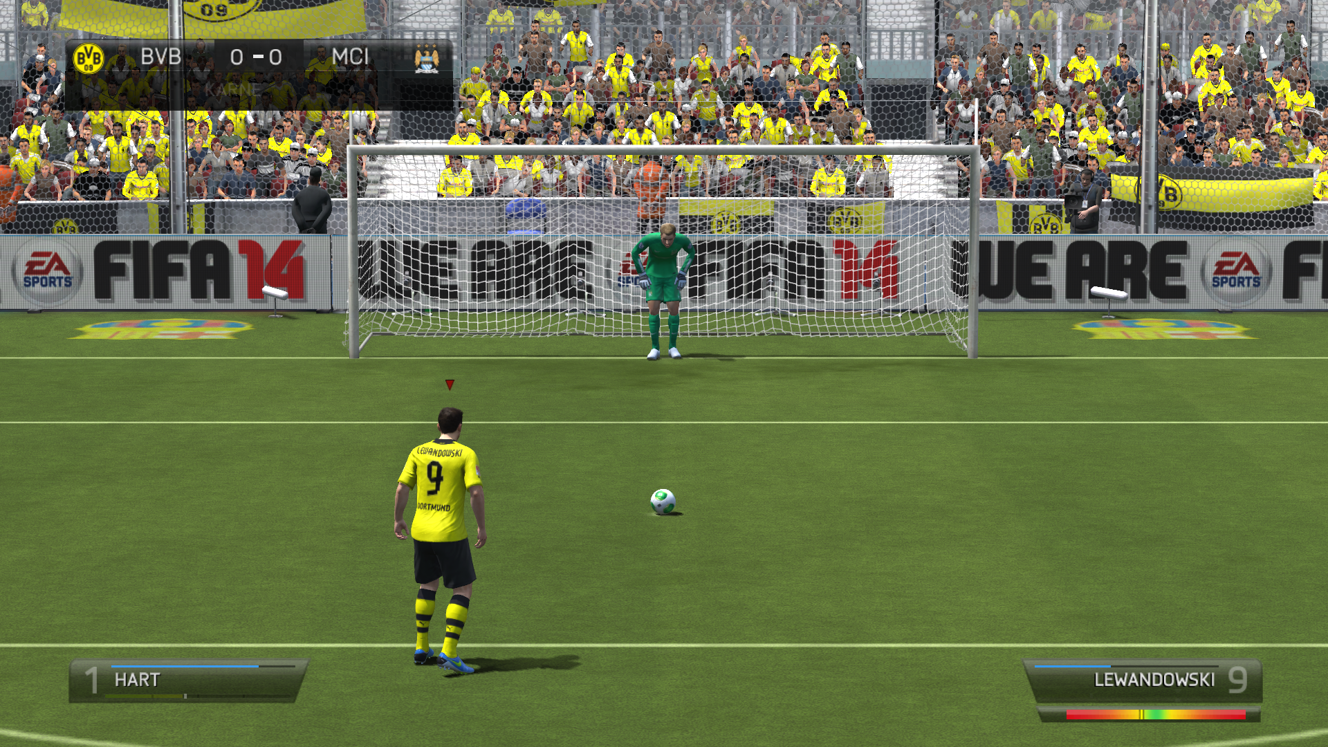 Robert Lewandowski szykujący się do rzutu karnego w FIFA 14