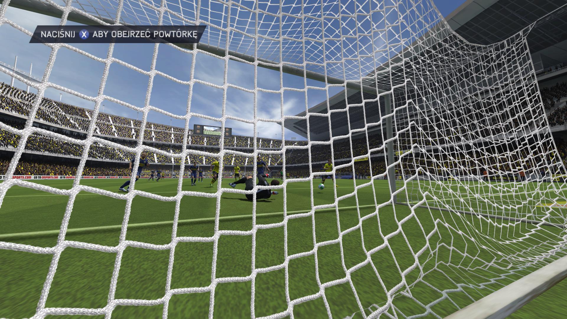 Widok zza bramki w FIFA 14